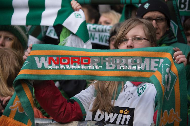 04.04.2015, Weser Stadion, Bremen, GER, 1.FBL. Werder Bremen vs 1. FSV Mainz 05, im Bild<br /> <br /> <br /> Werder Fans Ostkurve <br /> Feature - Schals, singen <br /> <br /> <br /> Foto &copy; nordphoto / Kokenge