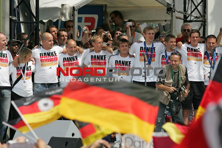 FIFA WM 2006 - Feature Fanmeile Berlin<br /> Verabschiedung der Deutschen Nationalmannschaft.<br /> Supporters from Germany celebrate the german national team at Brandenburger Tor in Berlin after the World Cup.<br /> Foto &copy; nordphoto
