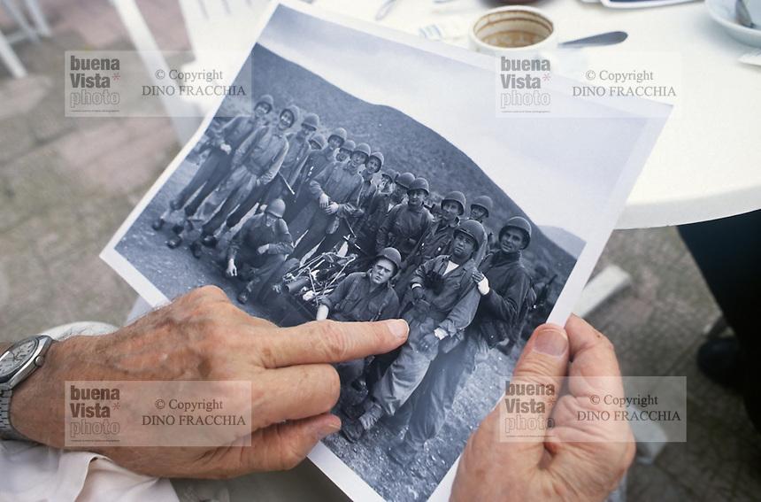 - il fotografo statunitense Phil Stern mostra le sue foto dello sbarco alleato in Sicilia nel 1943; Maiori (Salerno), settembre 1993<br /> <br /> - The American photographer Phil Stern shows his photos of the Allied landings in Sicily in 1943; Maiori (Salerno), September 1993