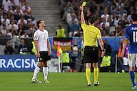 FUSSBALL EURO 2016 VIERTELFINALE IN BORDEAUX Deutschland - Italien      02.07.2016 Schiedsrichter Viktor Kassai zeigt Mats Hummels die gelbe Karte.