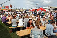Druk bezocht Festival in Amsterdam. De Rollende Keukens.  Rijdende keukens waar bijzondere snacks worden verkocht.