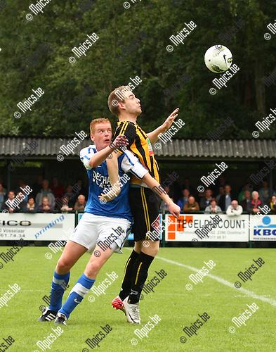 2011-09-11 / Voetbal / seizoen 2011-2012 / Vosselaar - Zwarte Leeuw / Frederic Beckx (l. Vosselaar) wordt stevig afgehouden door Ricky Coertjens.