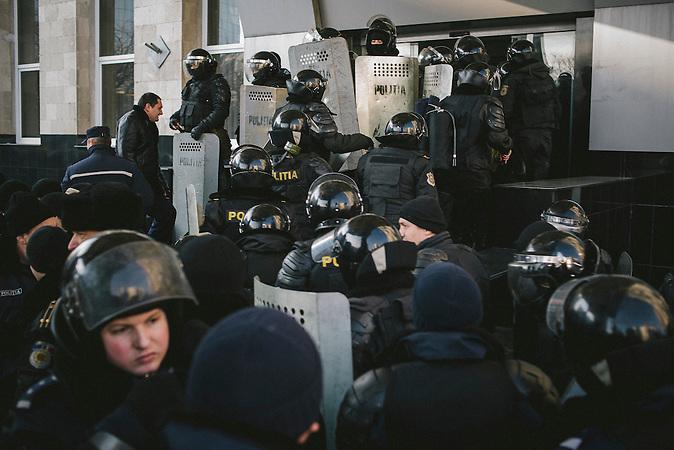 Bereitschaftspolizei sch&uuml;tzt das MoldTelecom-Geb&auml;ude w&auml;hrend einer Demonstration. Zehntausende demonstrieren gegen die neue Regierung in Chisinau, Republik Moldau. / <br />Riot police guarding the MoldTelecom building during a demonstration. Tens of thousands protest against the new government in Chisinau, Republic of Moldova.