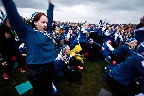 Finnish scouts are cheering while their flag are beeing presented during the flag parade. Photo: Fredrik Sahlström/Scouterna