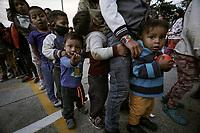 BOGOTA - COLOMBIA, 07-05-2020: Cerca de 300 indígenas, entre ellos unos 100 niños, de la comunidad Embera fueron desalojados el día de hoy en un proyecto urbanístico en Ciudad Bolívar (barrio Candelaria La Nueva) de Bogotá. Hoy es el día 44 de la cuarentena total en el territorio colombiano causada por la pandemia  del Coronavirus, COVID-19. / About 300 inigenous, including near 100 children, where evicted from an urban project in Ciudad Bolivar (neighborhood Candelaria La Nueva) in Bogota city. Today is the day 44 of total quarantine in Colombian territory caused by the Coronavirus pandemic, COVID-19. Photo: VizzorImage / Diego Cuevas / Cont
