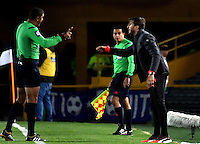 BOGOTA - COLOMBIA - 05 - 02 - 2017: Luis Zubeldia (Der.), técnico, de Deportivo Independiente Medellin, habla con Juan Ponton (Izq.), arbitro, durante partido de la fecha 1 entre Millonarios y Deportivo Independiente Medellin, de la Liga Aguila I-2017, jugado en el estadio Nemesio Camacho El Campin de la ciudad de Bogota.  / Luis Zubeldia, coach of Deportivo Independiente Medellin, speaks with Juan Ponton (L), referee, during a match between Millonarios and Deportivo Independiente Medellin, for the date 1 of the Liga Aguila I-201/ at the Nemesio Camacho El Campin Stadium in Bogota city, Photo: VizzorImage / Luis Ramirez / Staff.