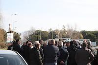 NAPOLI, ITALIA, 13.02.2017 - PROTESTO-ITALIA - Trabalhadores da antiga zona industrial de Montefibre Acerra em Napoli na Italia realizam ato nesta segunda-feira, 13. (Foto: Salvatore Esposito/Brazil Photo Press)