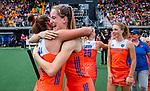 Den Bosch  -  Debutant in het grote Oranje, Felice Albers (Ned)   na  de Pro League hockeywedstrijd dames, Nederland-Belgie (2-0).  met Frederique Matla (Ned)  . rechts Laura Nunnink (Ned) .  COPYRIGHT KOEN SUYK