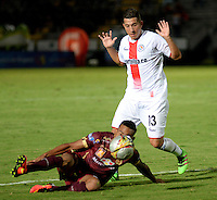 IBAGUÉ -COLOMBIA, 10-07-2015. Armando Vargas (Izq) jugador de Deportes Tolima disputa el balón con Daniel Buitrago (Der) jugador del Cortulúa por la fecha 12 de la Liga Aguila II 2016 jugado en el estadio Manuel Murillo Toro de la ciudad de Ibagué./ Armando Vargas (L) player of  Deportes Tolima vies for the ball with Daniel Buitrago (R) player of Cortulua for the date 12 of the Aguila League II 2016 played at Manuel Murillo Toro stadium in Ibague city. Photo: VizzorImage / Juan Carlos Escobar / Str