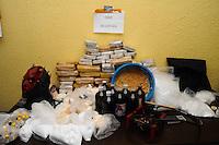 SAO PAULO, SP, 12 DEZEMBRO 2012 - APREENSÃO DE DROGAS -  A Policia Civil de Diadema (DISE) apreenderam uma grande quantidade de drogas 9MACONHA COCAINA E CRACK) um colete aprova de balas e produtos quimicos para refino de cocaina na Favela do Heliopolis, Dois foram presos.1 indentificado como O TORRE PCC FabianoJose da Silva ele que dava a ondem para matar policiais. FOTO: ADRIANO LIMA / BRAZIL PHOTO PRESS).