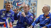 MOS2 BAIKONUR (KAZAJISTÁN) 27/07/2017.- De izq. a dcha.: Los miembros de la Expedición 52-53, el italiano Paolo Nespoli de la Agencia Espacial Europea (ESA); el ruso Sergey Ryazanskiy de Roscosmos y el estadounidense Randy Bresnik de la NASA, ofrecen una rueda de prensa en el Cosmódromo de Baikonur (Kazajistán) hoy, 27 de julio de 2017. Los tres miembros de la Expedición 52-53 tienen programado despegar en la Soyuz MS-03 con destino a la Estación Espacial Internacional (ISS) mañana, en donde pasarán más de 4 meses, regresando a la Tierra en diciembre. EFE/Sergei Ilnitsky