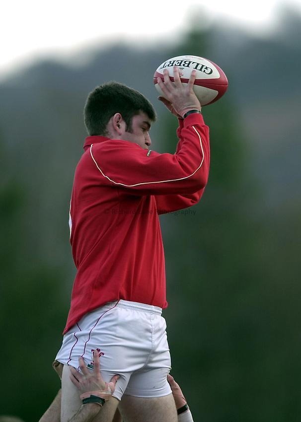 Photo. Richard Lane. .Wales U21 v England U21 at Sardis Road, Pontypridd, Wales. 2/2/2001.Michael Owen.
