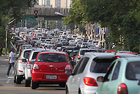 SAO PAULO, SP, 03/02/2014, TRANSITO. O corredor Norte/sul apresenta transito intenso na altura da Av Tiradentes no bairro do Bom Retiro, na manha dessa segunda-feira (3). Luiz Guarnieri/ Brazil Photo Press.