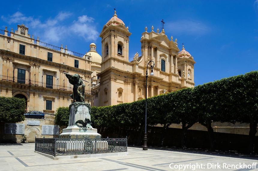 Kriegerdenkmal vor Dom und Palazzo Landolina in Noto, Sizilien, Italien, Unesco-Weltkulturerbe