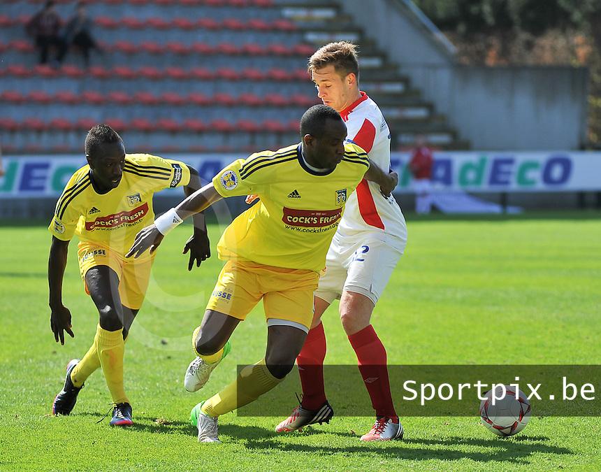 Moeskroen Peruwelz - SK Sint-Niklaas  : duel tussen Souleymane Youla en Vincent Provoost (r) voor de toekijkende Ameth Gaye (l).foto VDB / BART VANDENBROUCKE