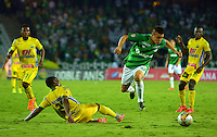 ARMENIA, COLOMBIA, 22-11-2015: Arnold Palacios (Izq) del Atlético Huila disputa el balón con Nicolas Benedetti (Der) del Deportivo Cali durante partido válido por la fecha 20 de la Liga Aguila II 2015 jugado en el estadio Centeneraio de la ciudad de Armenia./ Arnold Palacios (L) player of Atletico Huila fights for the ball with  Nicolas Benedetti (R) player of Deportivo Cali during match valid for the date 20 of the Aguila League II 2015 played at Centenario stadium in Armenia city. Photo: VizzorImage/INTI