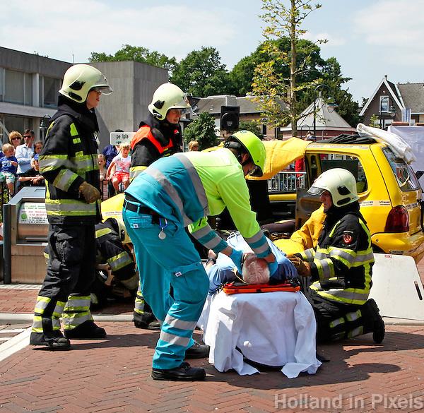 Demonstratie van de hulpdiensten in Bussum. In scene gezet ongeluk