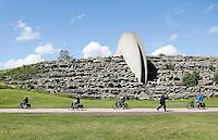 Nederland Amsterdam. In recreatiegebied Spaarnwoude (tussen IJmuiden, Haarlem en Amsterdam) bevindt zich een kunstobject dat ontworpen is door de Leidse beeldhouwer Frans de Wit  Het object is een klimwand en heeft als doel kunst en recreatie te integreren. Tussen de schijven is een trap aangelegd. Solextour door Spaarnwoude