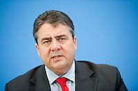 Der SPD-Bundesvorsitzende Sigmar Gabriel gibt am Donnerstag (16.05.13) in der Bundespressekonferenz in Berlin eine Pressekonferenz..Foto: Axel Schmidt/CommonLens