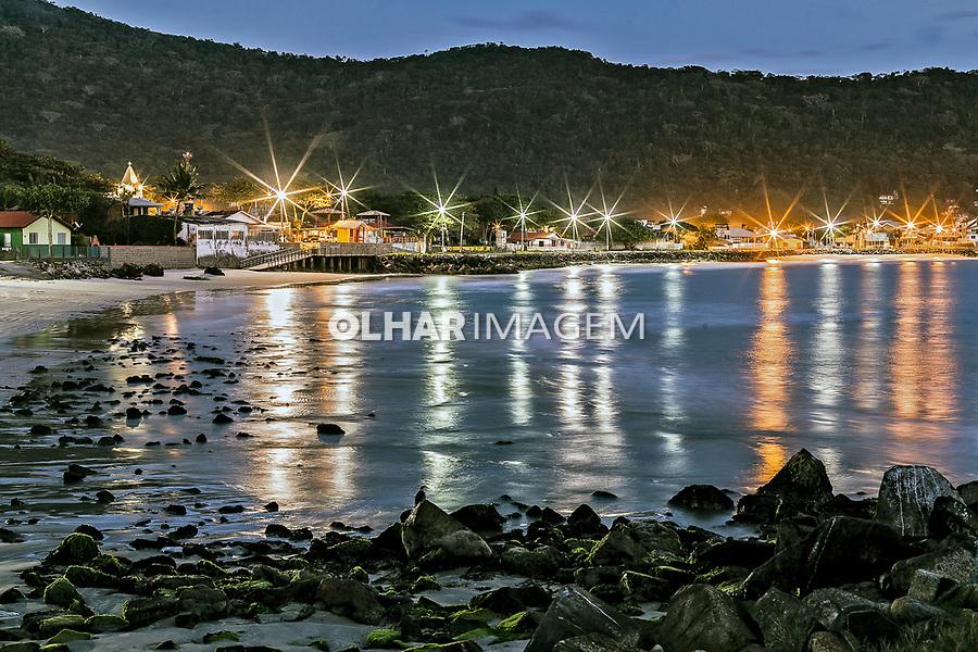 Amanhecer na praia da Armaçao, Florianopolis, Santa Catarina. 2019. Foto de Andre Arcenio.