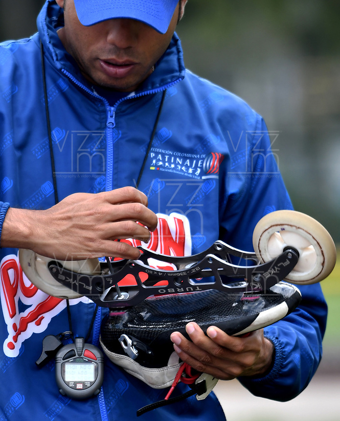 BOGOTA - COLOMBIA - 27 - 06 - 2017: Juan Carlos Baena, asistente tecnico de la Selección Colombia de Carreras Manzana Postobon, prepara los patines de un patinador, durante entreno en el Patinodromo El Salitre de la Ciudad de Bogota. La selección Colombia de Patinaje de Carreras, entrena en la capital de la república, con miras a los eventos internacionales del año, Los World Games en Polonia en el mes de julio; Los Roller Games en China, en el mes de septiembre y los Juegos Bolivarianos en Colombia, en el mes de noviembre. /  Juan Carlos Baena, technical assistant of the Colombia team of Skating Races Manzana Postobon, prepares the skates of a skater, during training in the Patinodrome El Salitre of the City of Bogota. The Colombia Team of Skating Races, trains in the capital of the republic, with a view to the international events of the year, The World Games in Poland in the month of July; The Roller Games in China, in September and the Bolivarian Games in Colombia, in November. / Photos: VizzorImage / Luis Ramirez / Staff.