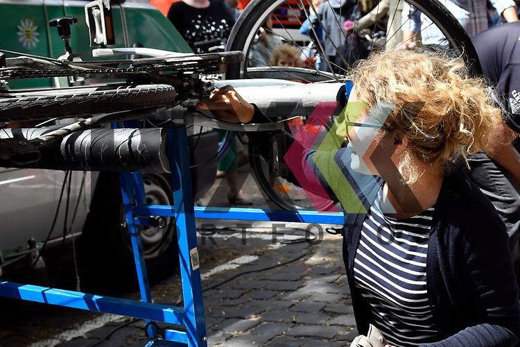 Mannheim 15.07.17 Beginn des Stadtteilfestes Schwetzingerstadt/Oststadt in der Otto-Beck-Strasse im Bild Sophia Ebert bei Codierung ihres Fahrrades.<br /> <br /> Foto &copy; Ruffler For editorial use only. (Bild ist honorarpflichtig - No Model Release!)