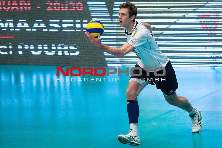 29.12.2013, Lotto Dome, Maaseik<br /> Volleyball, Belgien vs. Deutschland<br /> <br /> Aufschlag / Service Philipp Collin (#20 GER)<br /> <br />   Foto &copy; nordphoto / Kurth
