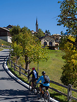 Radwanderer, Guarda bei Scuol, Unterengadin, Graub&uuml;nden, Schweiz, Europa<br /> cyclists in Guarda, Scuol, Engadine, Grisons, Switzerland