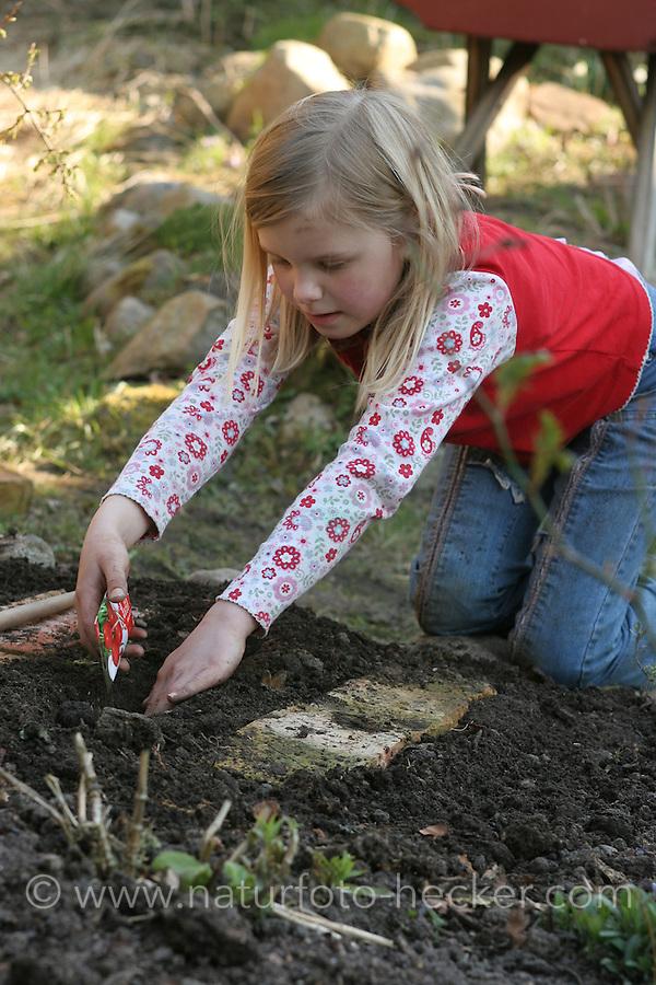 Kind, Mädchen legt sein eigenes kleines Gemüsebeet, Beet, Garten an
