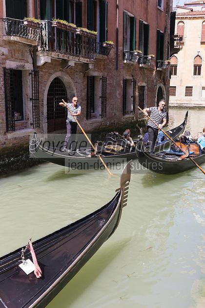 Italie, Vénétie, Venise:  Gondoles sur le Rio de l'Alboro // Italy, Veneto, Venice:  Gondolas on Rio de l'Alboro