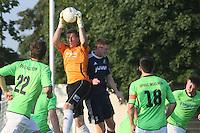 Markus Schroeder (Ingelheim) hat den Ball vor David Stipp (Waldalgesheim) - SV Alem. Waldalgesheim trifft in der 1. Runde des DFB-Pokal auf Bayer Leverkusen und spielt gegen Ingelheim den Saisonauftakt