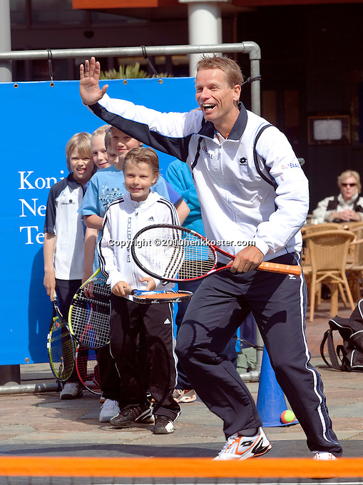 06-05-10, Zoetermeer, SilverDome, Tennis,  Davis Cup, Netherlands-Italy, Streettennis, Captain Jan Siemerink plays with the kids and is having fun