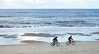 Nederland - Camperduin - 2019 .  De kustlijn werd hier lange tijd gedomineerd door de Hondsbossche Zeewering; een 5,5 km lange verharde dijk die het land beschermde tegen de zee. In 2015 ging het gebied geheel op de schop. Het strand en de duinstrook zijn verbreed.     Foto Berlinda van Dam / Hollandse Hoogte