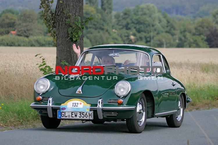 Von der ADAC - Niedersachsen- Classic 2007. Hier Porsche 356 C Bj. 1964 - auf der L444 zwischen Bad Nenndorf/Reinsen und Stadthagen am 21.07.2007. Foto: Fritz Rust v. Graevemeyer Weg 38A 30539 Hannover.PostBk. Han.35420-306.Tel.0511/527945. FA.Han-Mitte24/307/04307.