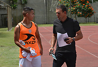 ITAGÜÍ - COLOMBIA, 25-08-2018: Juan Carlos Ramirez, técnico de Envigado F.C., da instrucciones a Camilo Velasquez durante el encuentro entre Leones FC y Envigado F.C. por la fecha 6 de la Liga Águila II 2018 jugado en el estadio Metropolitano de Itagüí. / Juan Carlos Ramirez, coach of Envigado F.C., gives directions to Camilo Velasquez during the match between Leones FC and Envigado F.C. for the date 6 of the Aguila League II 2018 played at Metropolitano stadium in Itagui city.  Photo: VizzorImage / León Monsalve / Cont