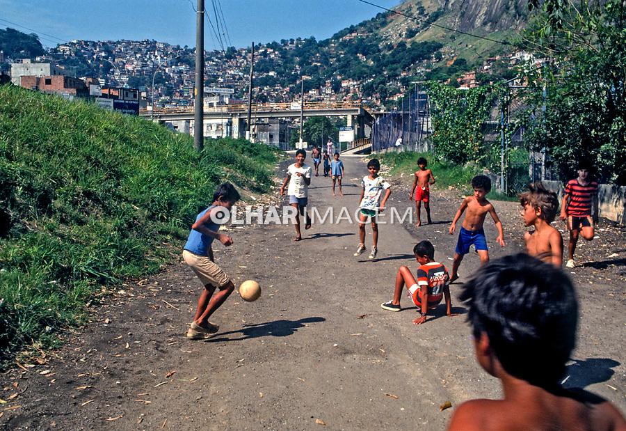 Jogo de futebol na Favela da Rocinha, Rio de Janeiro. 1988. Foto de Juca Martins.