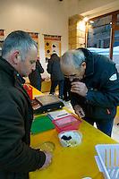 Les controleurs inspectent les truffes, les identifient (truffe melanosporum ou brumale en cette saison), evaluent leur qualite et les pesent.<br /> Le vendeur, a gauche, attend le verdict