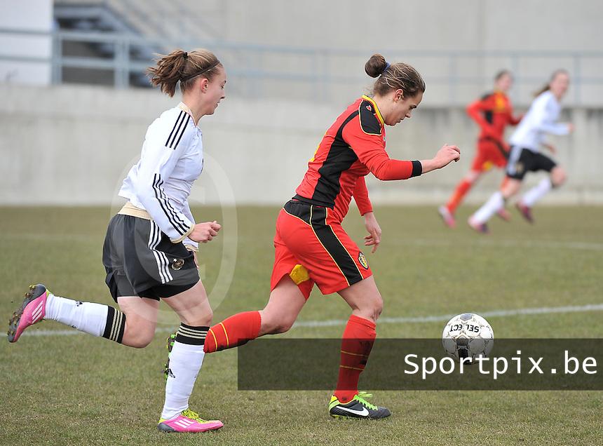 Belgie U17 - Duitsland U17 : Amber Maximus aan de bal voor Felicitas Rauch (links).foto DAVID CATRY / Vrouwenteam.be