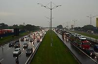 SAO BERNARDO DO CAMPO, SP, 10 DE FEVEREIRO DE 2010 - TRANSITO ABC - Rodovia Anchieta com  transito carregado no início da noite desta sexta-feira, região do ABC. FOTO: ALEXANDRE MOREIRA - NEWS FREE