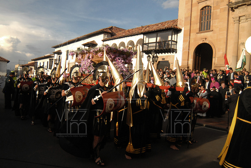TUNJA -COLOMBIA. 18-04-2014. La procesión del Santo Sepulcro forma parte de las actividades de la Semana Santa y se lleva a cabo por las principales calles de Tunja, Colombia, hoy 18 de abril de 2014./ Procession of the Holy Sepulchre takes place on the streets of Tunja, Colombia, today April 18 of 2014, along the main streets of Tunja and is one of the  events of the Easter Week. Photo:  VizzorImage/ José Miguel Palencia / Str