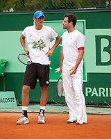 22-05-11, Tennis, France, Paris, Roland Garros, Thiemo de Bakker tijdens de training zondag met zijn tijdelijke coach Raemon Sluiter(R)