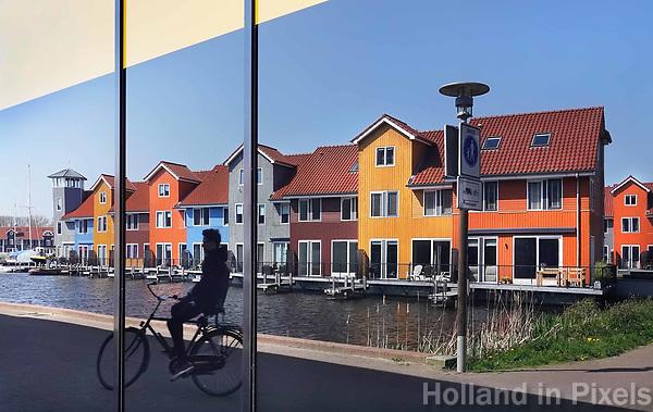 Nederland Groningen -  april 2019. Kleurige huizen bij Reitdiep haven, weerspiegeld in een raam. Foto Berlinda van Dam / Hollandse Hoogte