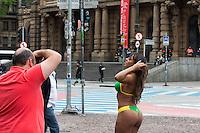 SÃO PAULO,SP, 06.10.2015 -CENA-SP - Modelo é vista com trajes de banho posando para fotos com temperatura próxima dos 15 graus em frente ao Teatro Municipal de São Paulo na região central da capital paulista na manhã desta terça-feira 06. (Foto: Fernando Nascimento/Brazil Photo Press)