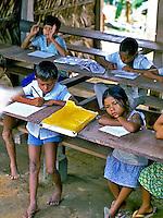 Crianças em escola rural em Boca do Acre. Amazonas. 1998. Foto de Saulo Petean.