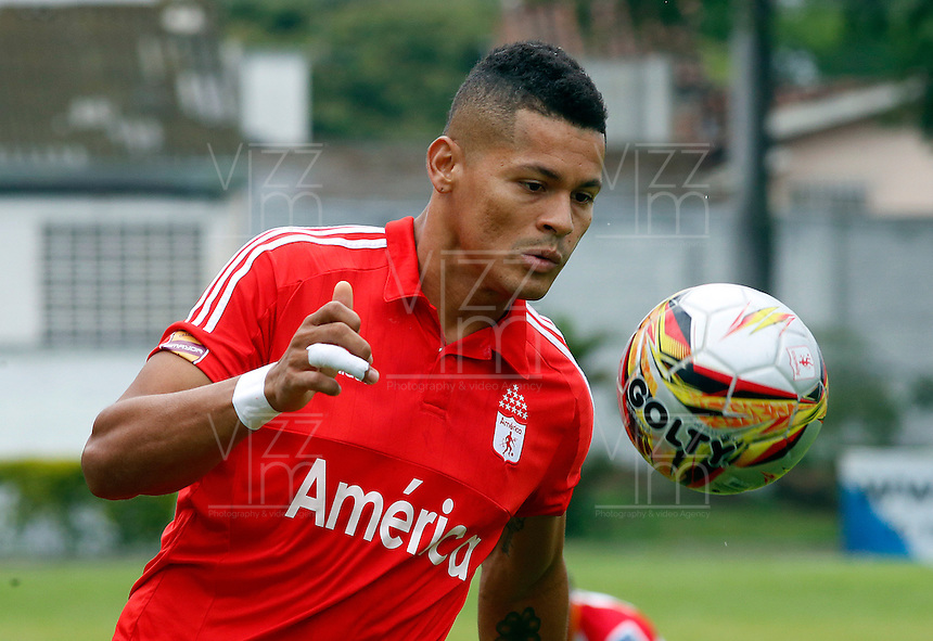 BUGA -COLOMBIA-14-03-2015. Ayron del Valle del América en acción durante el encuentro entre América de Cali y Universitario de Popayán por la fecha 5 del Torneo Aguila 2015 jugado en el estadio Hernando Azcarate de la ciudad de Buga./ Ayron del Valle of America in action during the match between America de Cali and Universitario de Popayan for the 5th date of Aguila Tournament 2015  played at Hernando Azcarate stadium in Buga city. Photo: VizzorImage/Juan C. Quintero/STR