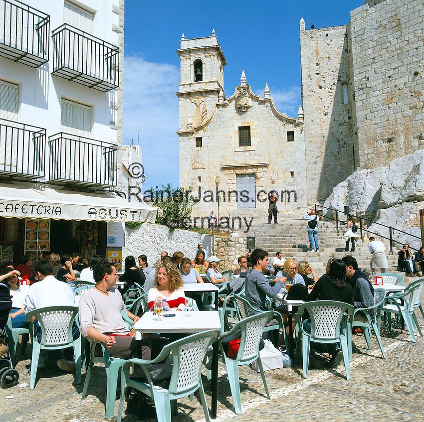 Spain, Costa del Azahar (Orange Blossom Coast), Peniscola: Cafe Scene in Old Town | Spanien, Costa del Azahar - Kueste der Orangenbluete, Peniscola: Strassencafe in der Altstadt