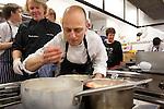 Kenneth Sillman (I) junto a Daniel Lopez (D) durante el encuentro en jovenes cocineros vascos (Sukatalde) y cocineros suecos
