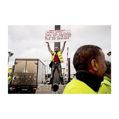 Les ouvriers de PSA Aulnay sous Bois bloquent un péage pour protester contre la fermeture annoncée de leur usine.