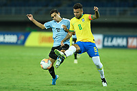 PEREIRA - COLOMBIA, 22-01-2020: Matheus Souza de Brasil disputa el balón con Juan Manuel Sanabria de Uruguay durante partido entre Brasil y Uruguay por la fecha 2, grupo B, del CONMEBOL Preolímpico Colombia 2020 jugado en el estadio Hernan Ramirez Villegas en Pereira, Colombia. / Matheus Souza of Brazil fights the ball with Juan Manuel Sanabria of Uruguay during the match between Brazil and Uruguay for the date 2, group B, for the CONMEBOL Pre-Olympic Tournament Colombia 2020 played at Hernan Ramirez Villegas stadium in Pereira, Colombia. Photo: VizzorImage / Julian Medina / Cont