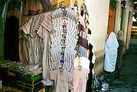Libyan Arab Jamahiriya   .Tripoli       June 2002.The Medina  Souk Al-Turk .Traditional clothing store.Libia Tripoli  Giugno 2002.La Medina,   Souk Al-Turk .Negozio di vestiti tradizionali.